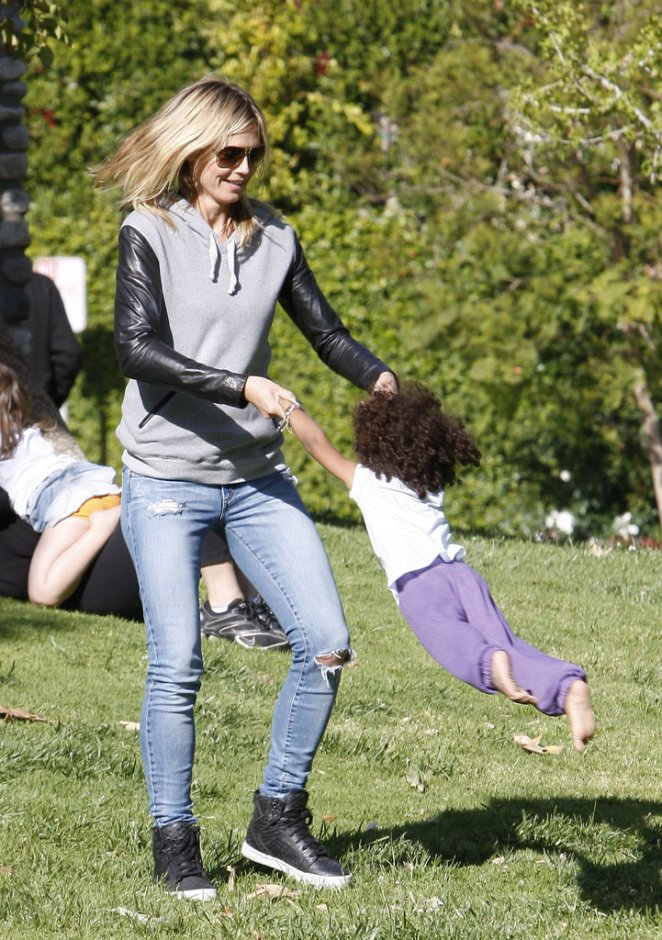 While-playing-her-kids-park-LA-Heidi-Klum-sported-black